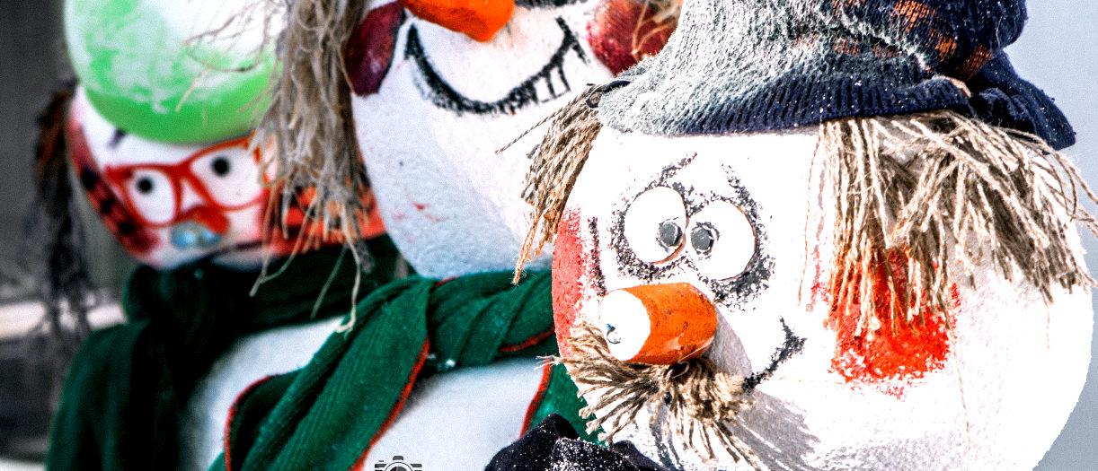 Снежни човеци, готови да посрещнат 2019 година