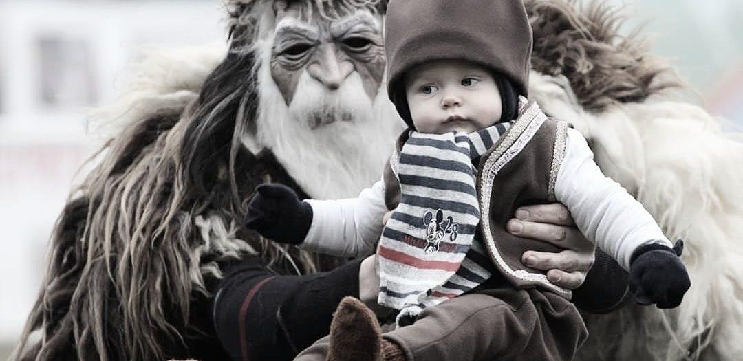 Бебе, в ръцете на кукер
