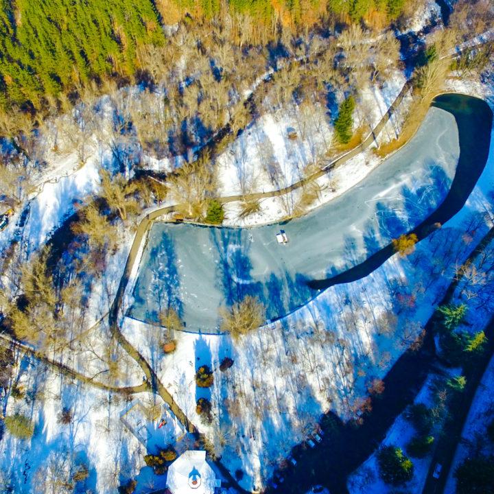 Замръзналото езеро, намиращо се в парк Бачиново, Благоевград